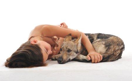 Photo pour Jeune fille et son chiot slovakia loup dormir ensemble - image libre de droit