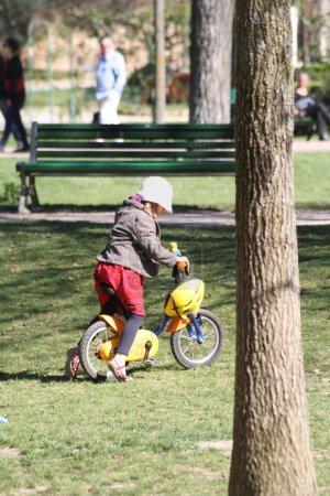 Photo pour Une petite fille en vélo. - image libre de droit