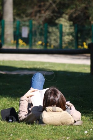 Photo pour Une jeune femme lisant un livre. - image libre de droit