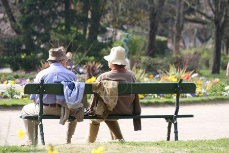 Photo pour Aînés assis sur un banc . - image libre de droit