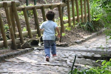 Photo pour Un jeune garçon qui court . - image libre de droit