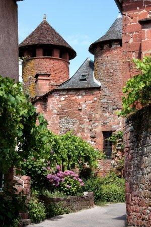 Photo pour Collonges la rouge est l'un des 152 officiellement désigné des plus beaux villages de france et est connu pour son architecture en pierre rouge inhabituelle. - image libre de droit