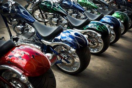 Photo pour Il s'agit d'une photographie d'une lignée de motos personnalisées lors d'un événement équitation. - image libre de droit