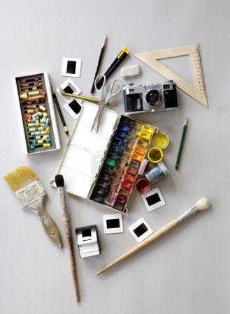 Photo pour Création fond fait des outils de dessin d'art - image libre de droit
