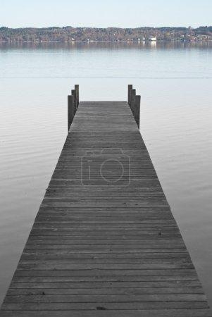 Photo pour Paysage alpin avec quai sur le lac Starnberger (Starnberger See ) - image libre de droit