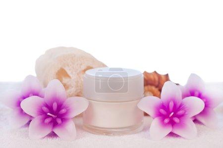 Photo pour Crème en tube blanc avec fleur bougies éponge et coquillage - image libre de droit