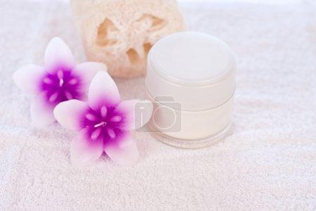 Photo pour Crème en tube blanc avec bougies fleur rose et la décoration de l'éponge - image libre de droit