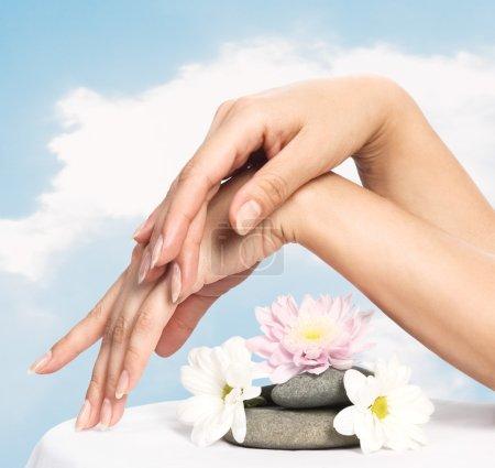Photo pour Image de belle femme ongles et des doigts - image libre de droit