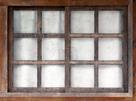 Photo pour Vieille fenêtre en bois avec fond blanc - image libre de droit