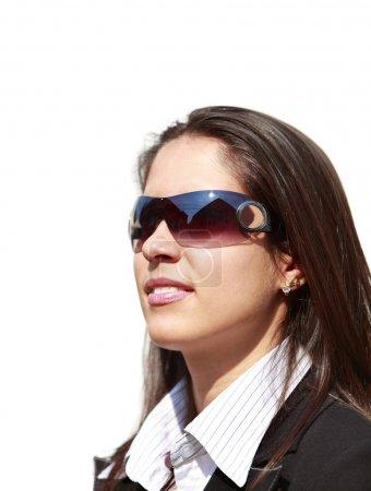 Photo pour Portrait d'une jeune femme portant des lunettes de soleil - image libre de droit