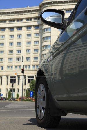 Photo pour Partie de l'image d'une voiture dans une rue devant un grand hôtel, un bon concept de déplacement et d'hébergement de la ville. - image libre de droit