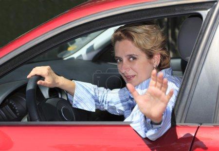 Photo pour Conductrice dit « au revoir » et en laissant. - image libre de droit