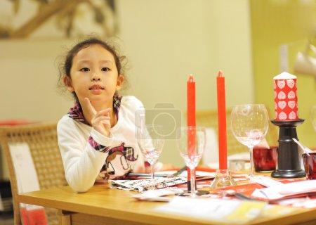 Photo pour Cuisson petite fille - image libre de droit