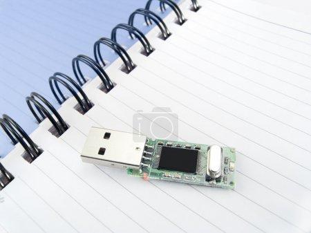 Foto de Página de un cuaderno con compactflash para el almacenamiento de la información - Imagen libre de derechos