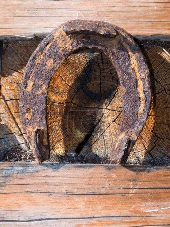 Photo pour Vieux fer à cheval chanceux fixé sur un mur d'une vieille maison - image libre de droit
