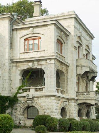 Photo pour Ancienne résidence privée avec balcons dans le parc - image libre de droit