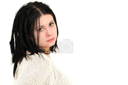 Photo pour Portrait de jeune fille adolescente avec tresse cheveux et le visage des piercings, studio tourné - image libre de droit
