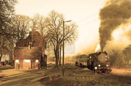 Photo pour Ancien train à vapeur rétro arrêté à la petite gare - image libre de droit