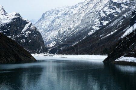 Photo pour Lac de montagne entouré de sommets alpins - France - image libre de droit