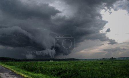 Photo pour Nuages orageux sur un champ - image libre de droit