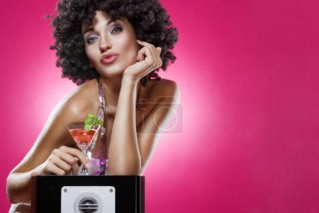 Photo pour Gros plan le portrait de jeune femme à perruque afro verso couleur - image libre de droit