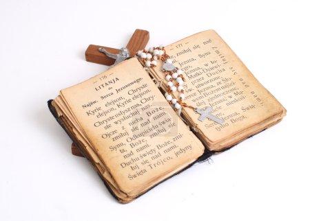 Photo pour Ouvre la vieille bible sainte avec croix - image libre de droit