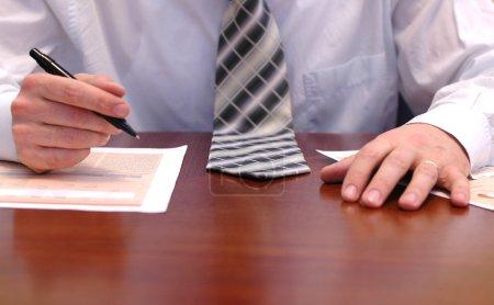 Photo pour Concept d'entreprise, homme d'affaires faisant de la paperasse - image libre de droit