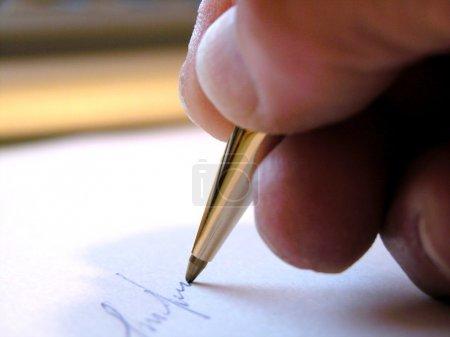 Photo pour Écrire avec un stylo - image libre de droit