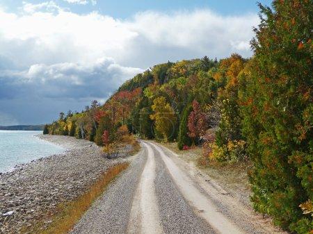 Photo pour Image d'une route côtière à voie unique en automne . - image libre de droit
