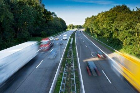 Photo pour Voitures et camions sur une autoroute - image libre de droit