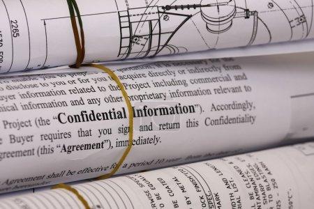 Photo pour Renseignements confidentiels sur plans - shallow dof mettant l'accent sur les informations confidentielles. - image libre de droit