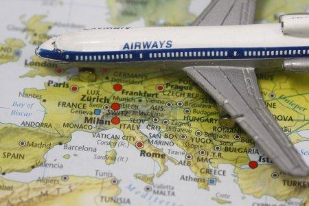 Photo pour Concept de voyage Vol vers l'Europe - les villes montrées sont Milan, Londres et Rome . - image libre de droit