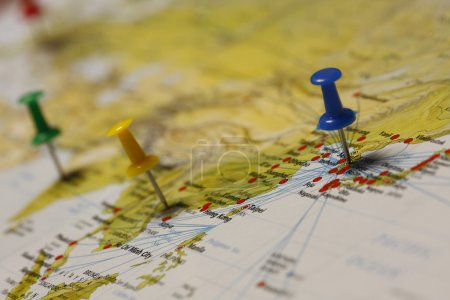 Photo pour Une broche poussoir est insérée sur une destination de voyage d'une carte . - image libre de droit