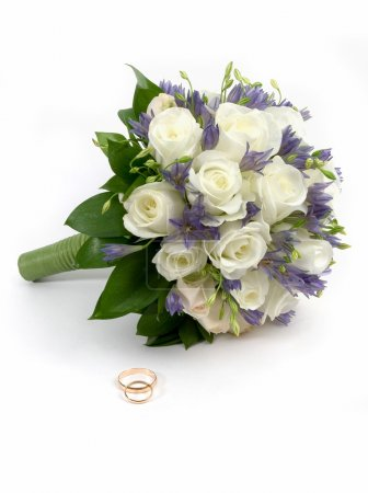 Photo pour Bouquet de mariée et anneaux. isolé sur blanc - image libre de droit