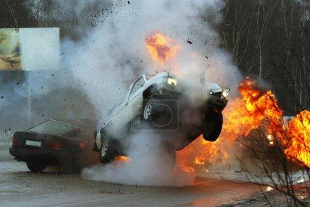 Photo pour Les voitures en feu sur l'autoroute glacée. Accident de voiture - image libre de droit