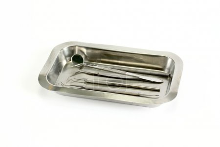 Photo pour Instruments dentaires sur un plateau sur fond blanc - image libre de droit