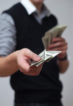 Photo pour De l'argent entre les mains. Paiement en espèces - image libre de droit