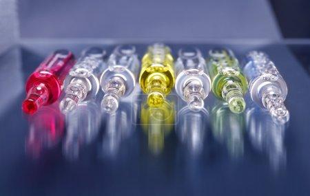 Photo pour Vaccin ampules, médicament pharmaceutique contre la grippe - image libre de droit