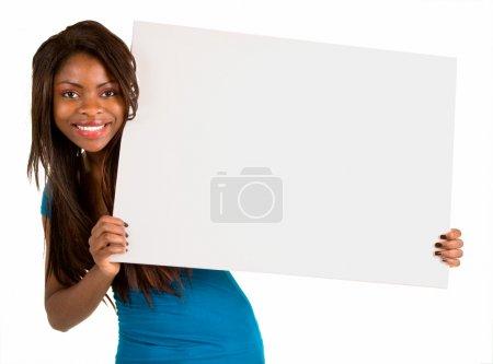 Photo pour Une belle femme afro-américaine est tenant une pancarte blanche vierge - image libre de droit