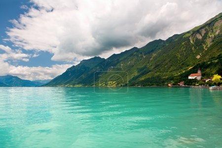 Photo pour Vue sur le lac Brienz dans le district d'Interlaken dans le canton de Berne en Suisse . - image libre de droit