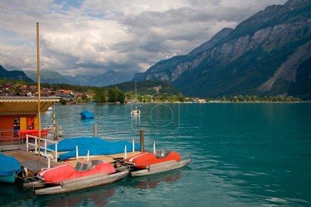 Photo pour Bateaux à pédales sur le lac Brienz dans le district d'Interlaken dans le canton de Berne en Suisse . - image libre de droit