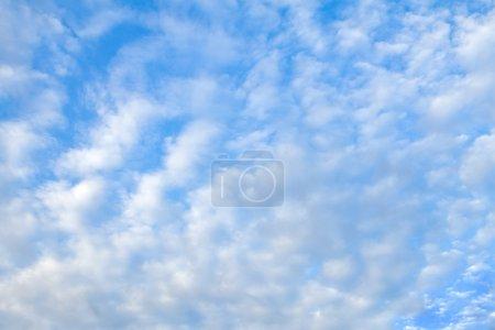 Photo pour Nuages épars dans un ciel bleu du matin - image libre de droit
