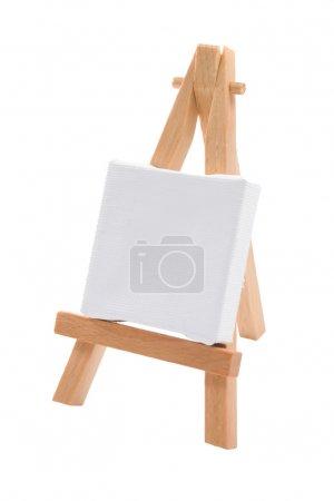 Photo pour Une toile d'artiste étirée vierge sur un chevalet - image libre de droit