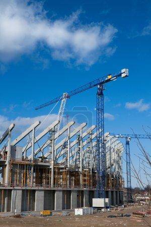 Photo pour Chantier de construction avec grue et échafaudage. - image libre de droit