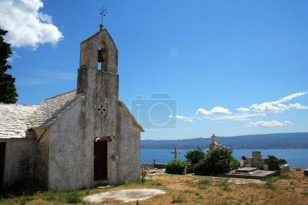 Photo pour Ancienne chapelle et cimetière en Croatie - image libre de droit