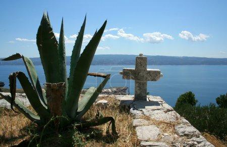 Photo pour Vieille croix dans le cimetière en Croatie - image libre de droit