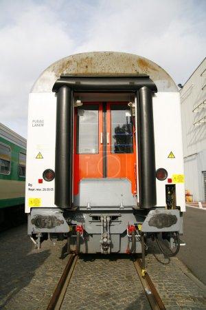 Photo pour En attente de départ sur la station de train - image libre de droit