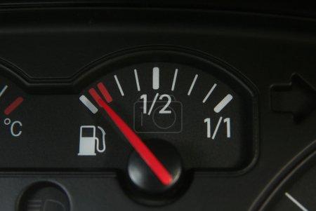 Photo pour Réservoir de carburant vide en vw passat - image libre de droit