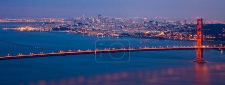 Foto de El puente Golden gate y el horizonte de san francisco en la noche desde cabos marinos, california. - Imagen libre de derechos