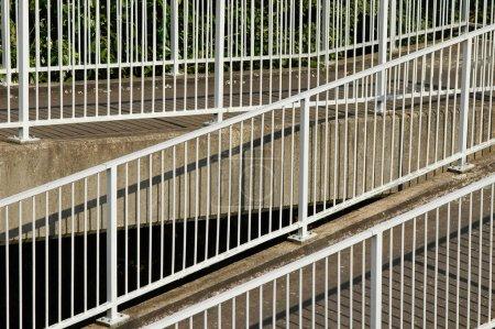 Photo pour Rampes métalliques sur un passage pour piétons en pente - image libre de droit